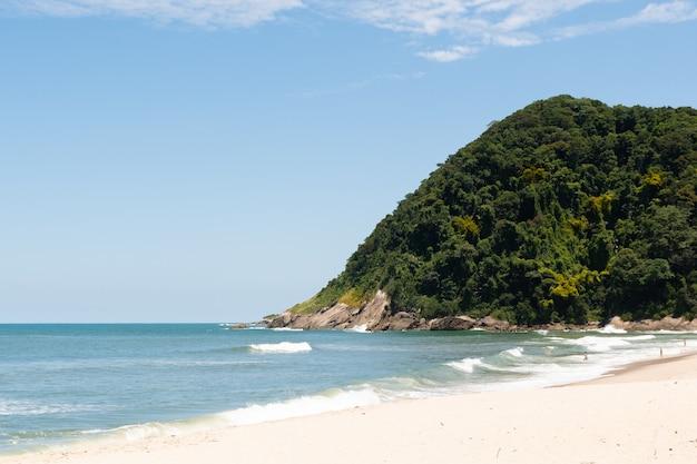 Jureia beach, in sao sebastiao, braziliaanse kust.