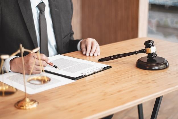 Juridisch adviseur legt de klant een ondertekend contract voor