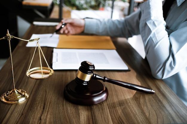 Juridisch adviseur presenteert aan de cliënt een ondertekend contract met hamer en juridische wet. justitie en advocaat concept.