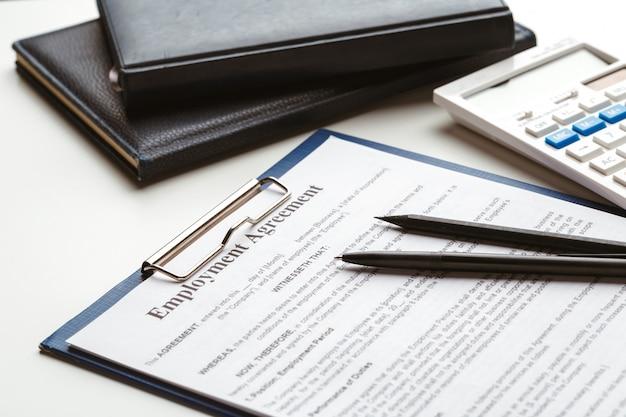 Juridisch contract ondertekenen - koop, verkoop onroerend goed contract