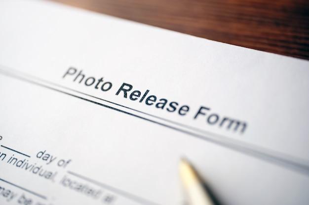 Juridisch document fotovrijgaveformulier op papier.