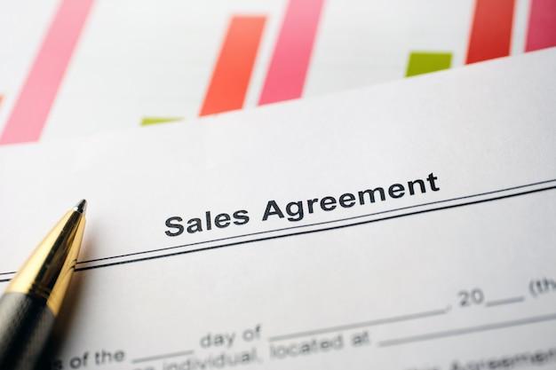 Juridisch document verkoopovereenkomst op papier met pen.
