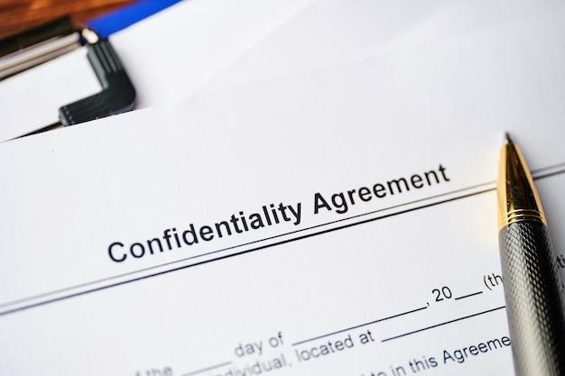 Juridisch document vertrouwelijkheidsovereenkomst op papier close-up.