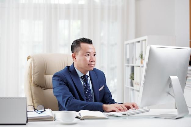 Juridisch medewerker die op zijn kantoor op internet surft
