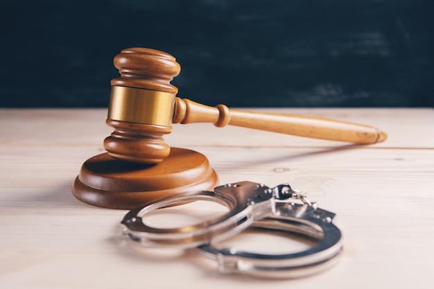 Juridisch wet concept, hamer en handboeien