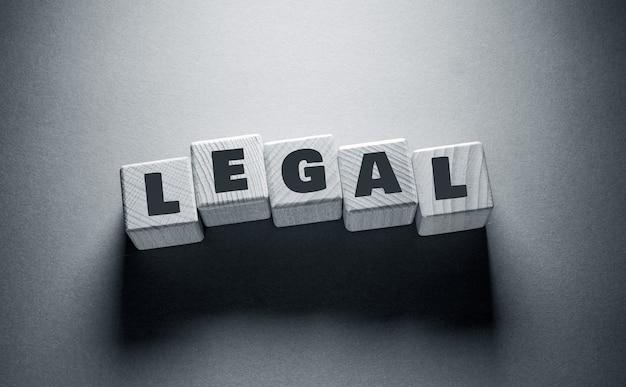 Juridisch woord geschreven op houten kubussen