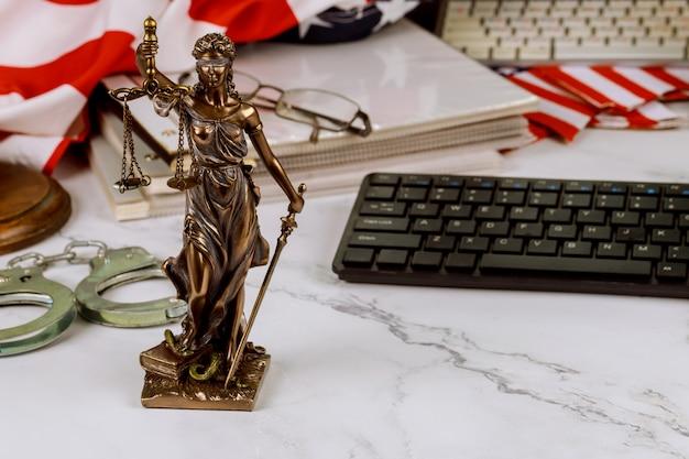 Juridische dienst van advocaten en advocaten wettelijk bronzen model beeld van metalen handboeien, rechter