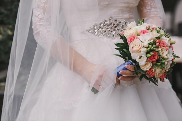 Jurk en een boeket bloemen van het huwelijk