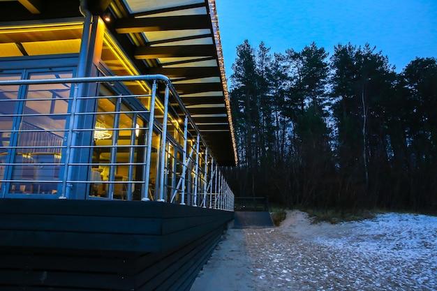 Jurmala, letland - 5 december 2018: kerstverlichting in het café verlichten. winterstrand in jurmala, letland.