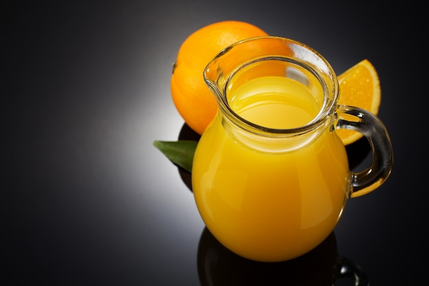 Jus d'orange en fruit op zwart