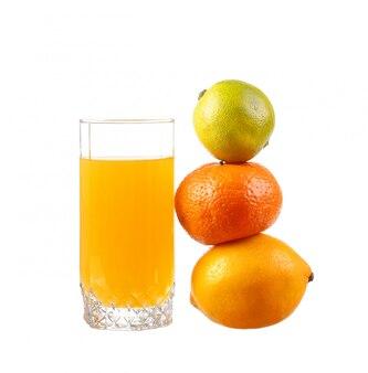Jus d'orange in een glas met limoen, sinaasappel, mandarijn
