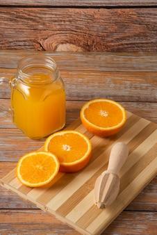 Jus d'orange in een glazen pot op de houten tafel
