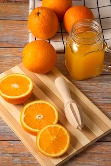 Jus d'orange in een glazen pot op de snijplank
