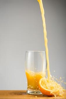 Jus d'orange in glas gieten