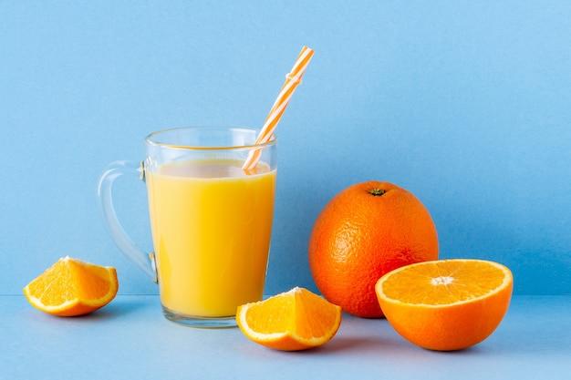 Jus d'orange op een blauwe geïsoleerde pastelkleur
