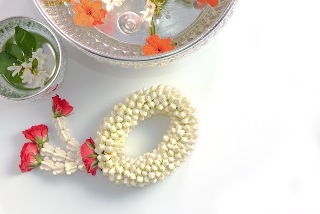 Jusmine bloem ring of guirlande bereiden om oude mensen te respecteren
