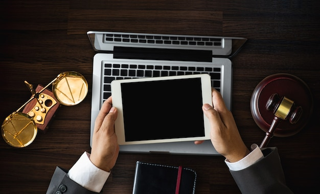 Justitie en recht concept. advocaat werkplek met laptop en documenten met kladblok, smartphome. bovenaanzicht