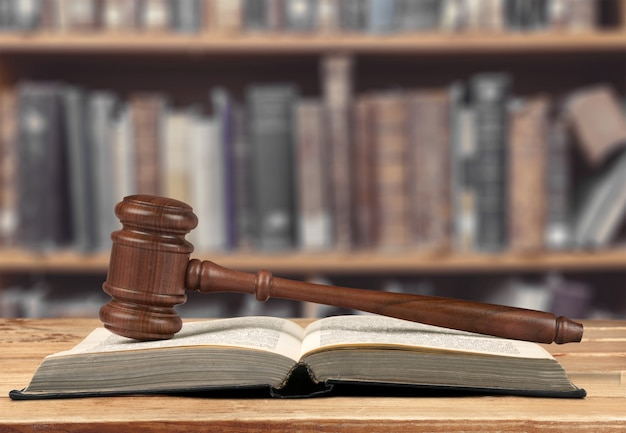 Justitie schalen en boek en houten hamer op tafel. justitie concept