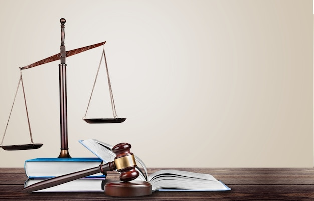Justitie schalen en boeken en houten hamer op tafel. justitie concept