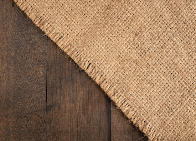 Jute jute schikken op houten tafel achtergrond met kopie ruimte, bovenaanzicht