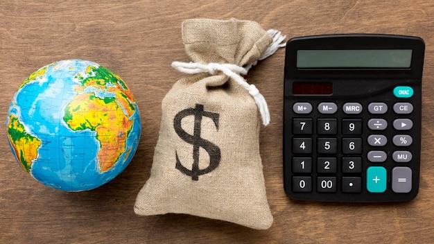 Jute zak geld wereldeconomie en rekenmachine