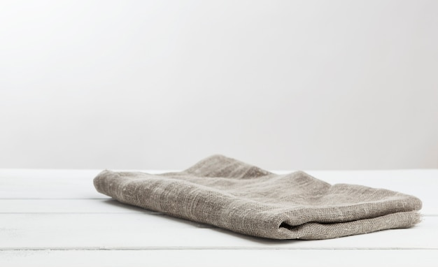 Jutetafelkleed op houten witte houten lijst