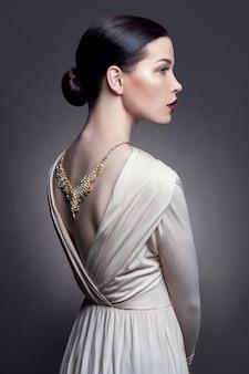 Juwelen op de hals mooie gouden ketting van het meisje