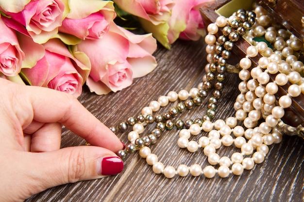 Juwelendoosje met juwelen met roze rozen