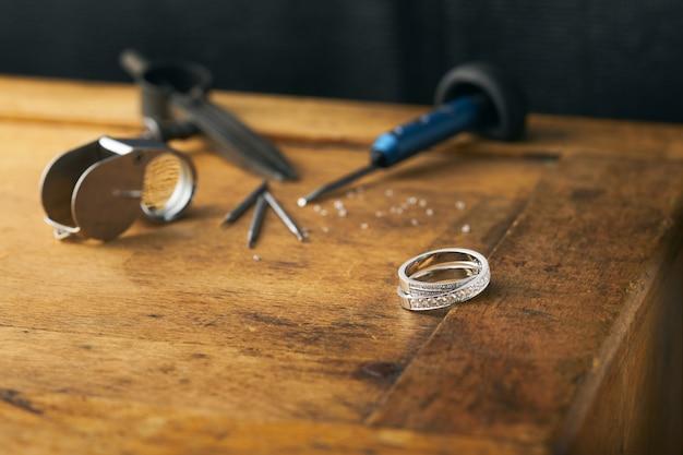 Juwelier, graveur handgemaakt gereedschap, diamanten en gouden ring