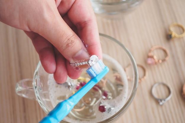 Juwelier hand schoonmaken en polijsten vintage sieraden diamanten ring close-up