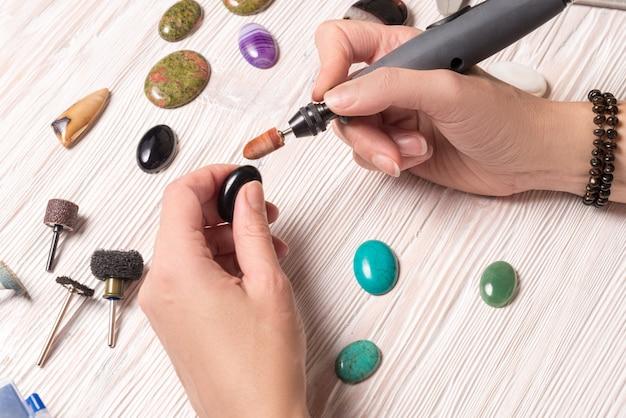 Juwelier werken met dremel
