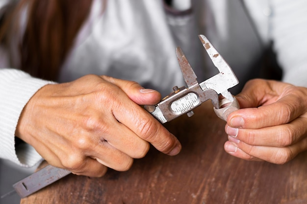 Juwelierhanden die mechanische hulpmiddelen gebruiken