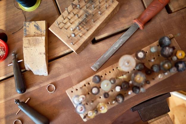 Juweliersgereedschap op tafel