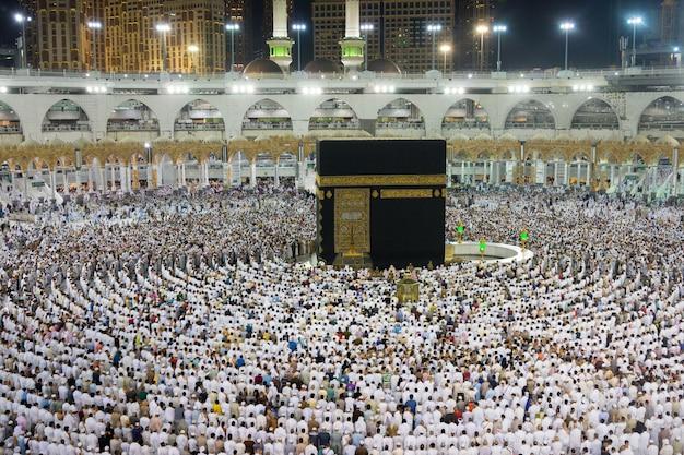 Kaaba in mekka met een massa moslims over de hele wereld die samen bidden
