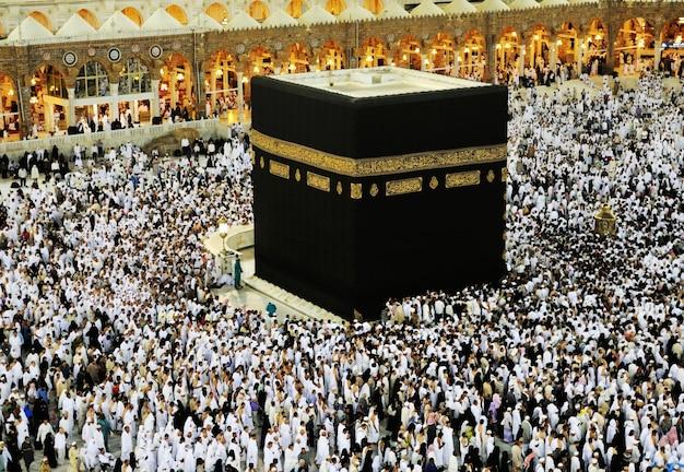 Kaaba in mekka, moslimmensen die samen bidden op een heilige plaats
