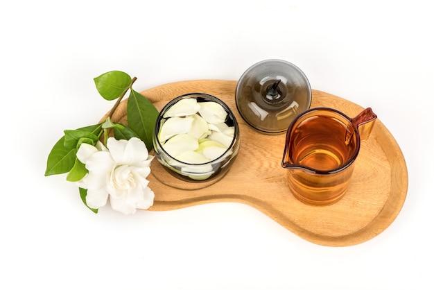 Kaapse jasmijn of gardenia jasminoides bloemen en thee geïsoleerd op een witte achtergrond.