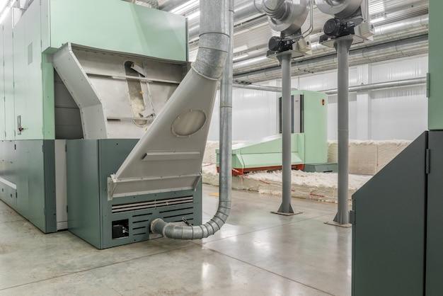 Kaardmachine in draaiende werkplaats. apparatuur en technologieën in de textielfabriek