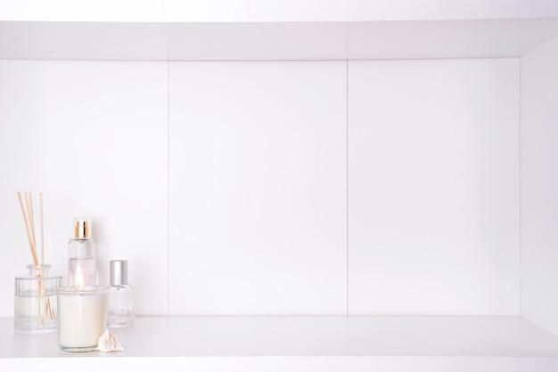 Kaars en aroma eetstokjes in de badkamer