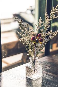 Kaars en vaas decoratie op tafel in café-restaurant