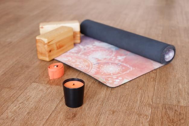 Kaars voor meditatie, yogamat en houten platen