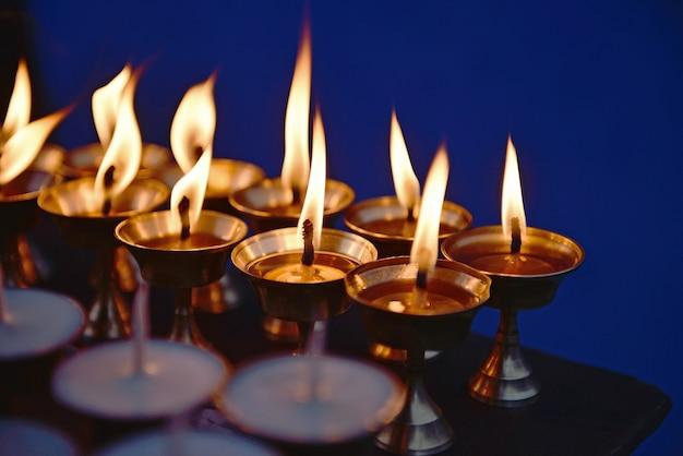 Kaarsen bij stupa boudha nath (bodhnath) in katmandu, nepal