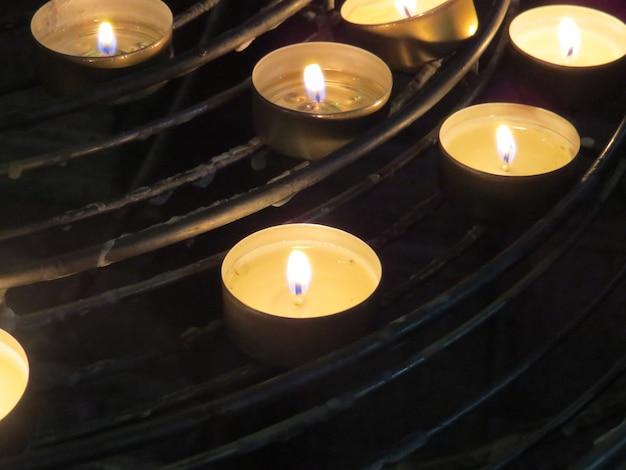 Kaarsen branden in de kerk