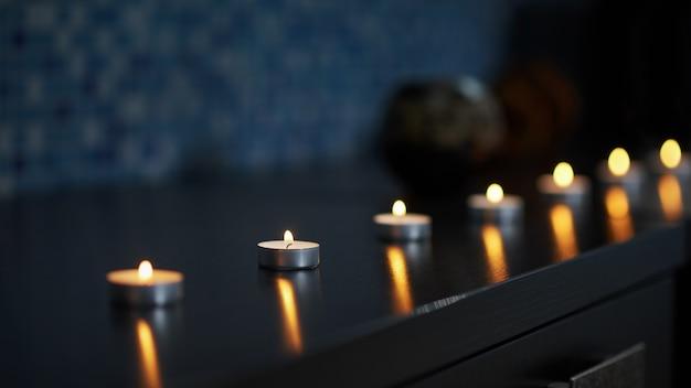 Kaarsen branden in het donker en creëerden een vredige sfeer