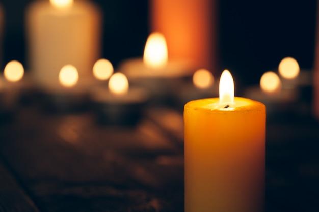 Kaarsen branden in het donker over zwart. herdenking concept.