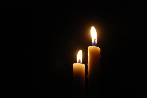 Kaarsen branden in het donker
