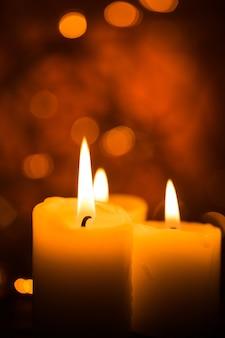 Kaarsen branden. kaarsen die 's nachts branden. abstracte kaarsen achtergrond.