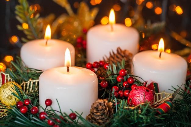 Kaarsen branden. kerstkaarsen die 's nachts branden. abstracte kaarsen achtergrond.