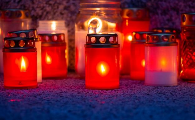 Kaarsen branden op een granieten plaat voor allerheiligen