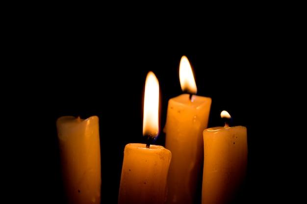 Kaarsen branden op zwart