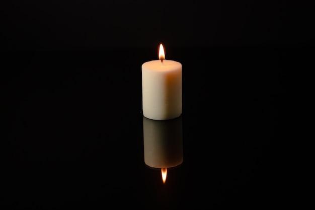Kaarsen branden 's nachts op een donkere achtergrond